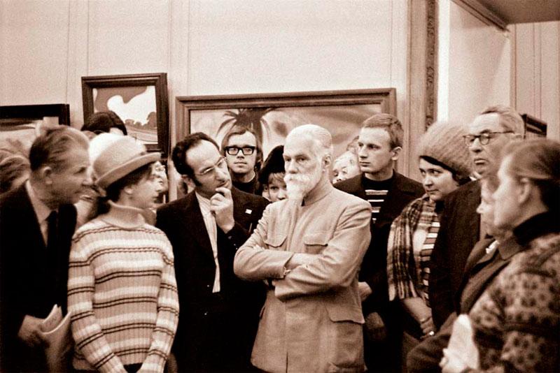 Святослав Николаевич Рерих беседует с посетителями выставки в Государственной Третьяковской галерее. Москва, ноябрь, 1974